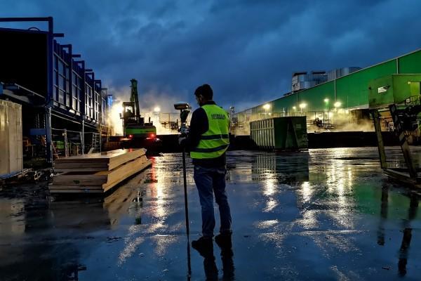 Usługi geodezyjne podczas budowy hali przemysłowej nocą